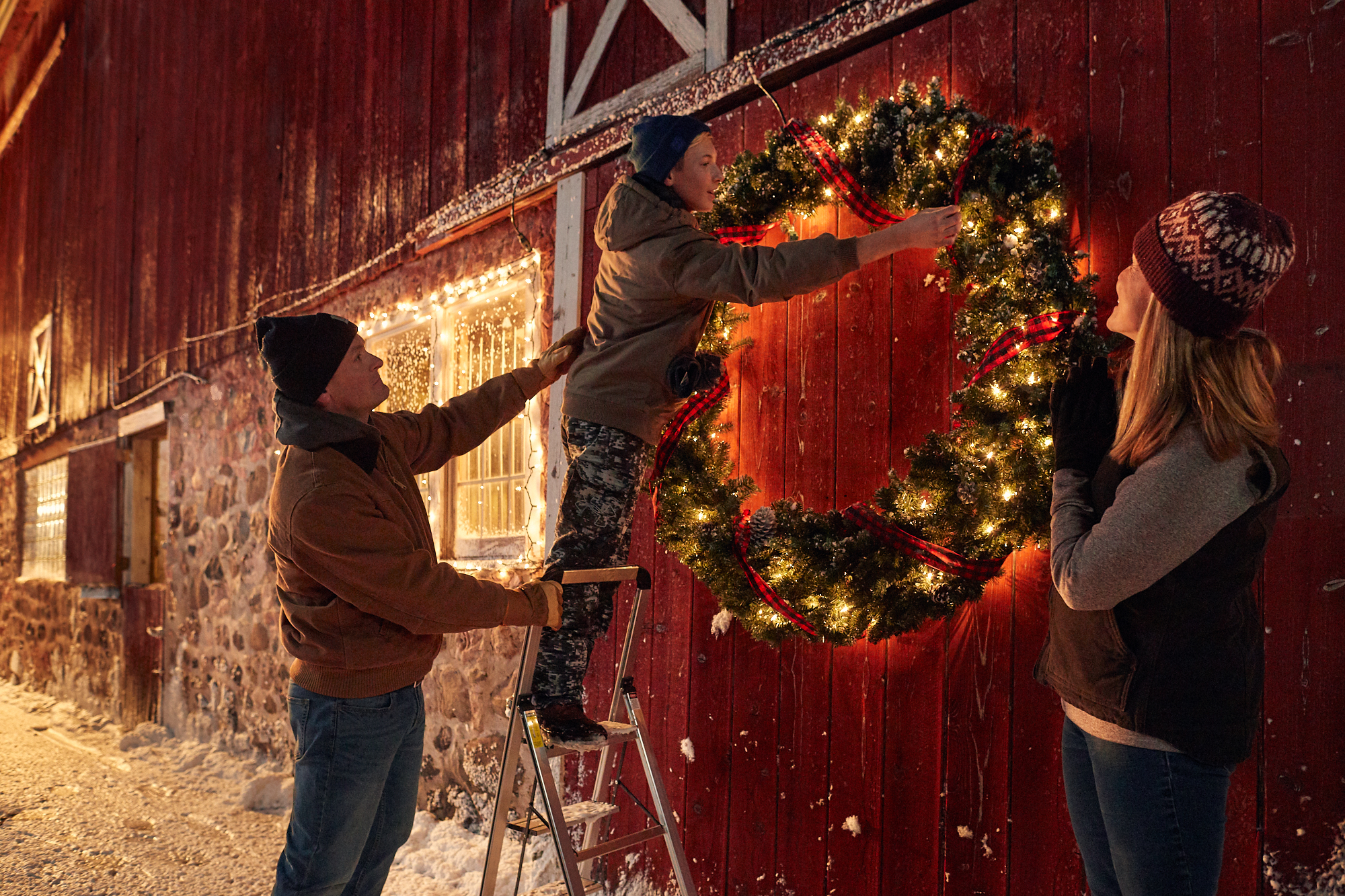 FF_Holiday18_decorating_barn_0061